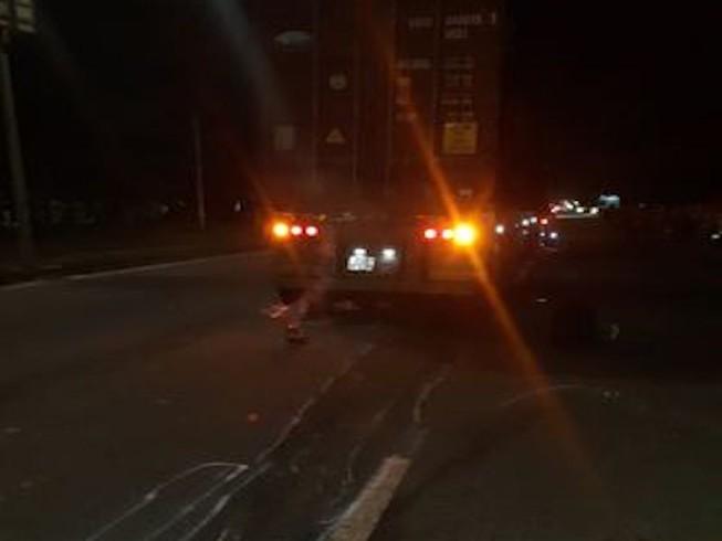 Va chạm với ô tô tải, thanh niên bị xe container cán tử vong