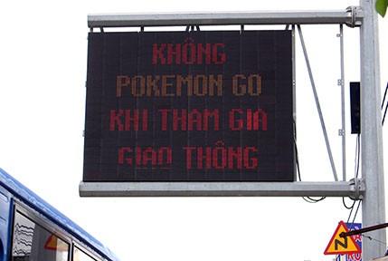 Lời nhắn 'Không Pokemon Go khi tham gia giao thông' trên quốc lộ 1A
