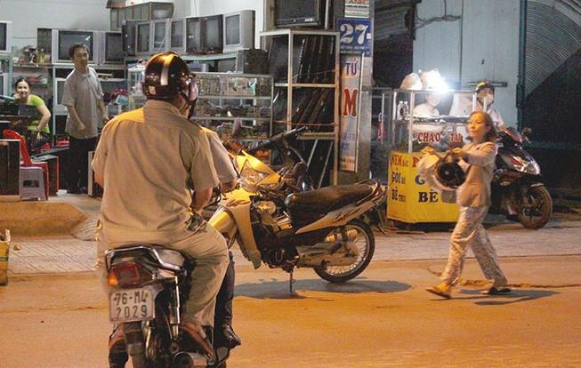 Phạt nóng hàng chục người đi chợ đậu xe dưới lòng đường