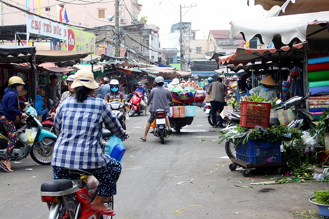 Giải tỏa 150 hộ buôn bán chiếm vỉa hè quanh chợ Thủ Đức