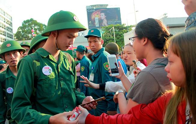 Tân Bình: Nhiều thanh niên viết đơn tự nguyện nhập ngũ