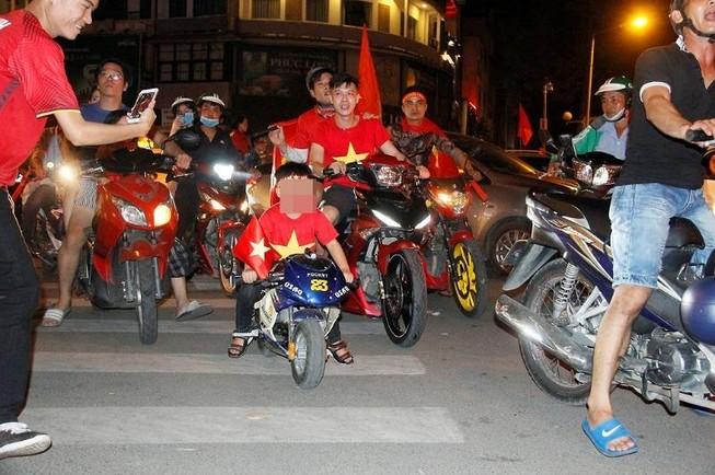 CSGT TP.HCM nhắc nhở 'tài xế nhí' lái moto mini đi 'bão'