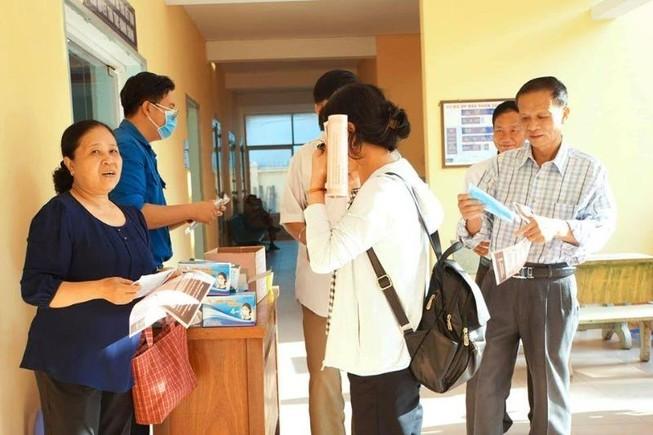 TP.HCM: Phường, quận tặng khẩu trang cho dân chống Corona