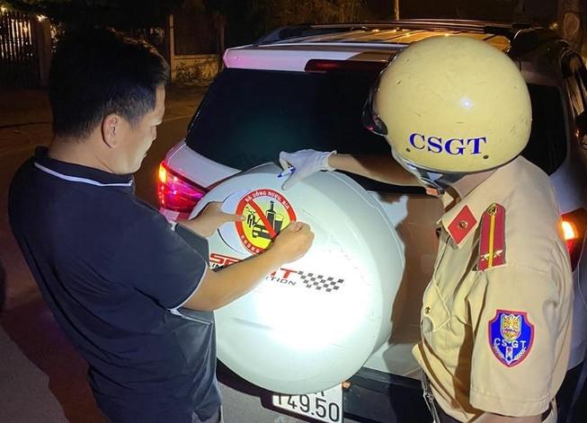 CSGT quận 12 tặng logo tuyên truyền cho tài xế