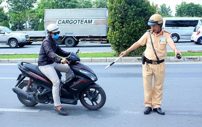 Đội CSGT Cát Lái xử lý vi phạm trên đường Mai Chí Thọ, TP Thủ Đức. Ảnh: L.THOA