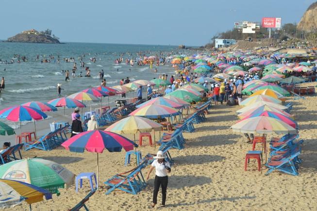 Vũng Tàu: Khách du lịch đông trên bãi biển sạch bong rác