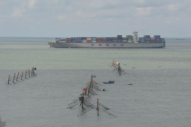 Nhóm công nhân bốc xếp trộm phế liệu tàu nước ngoài