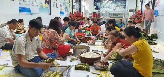 Vũng Tàu: Hàng ngàn chiếc bánh kèm muối mè gửi tặng miền Trung