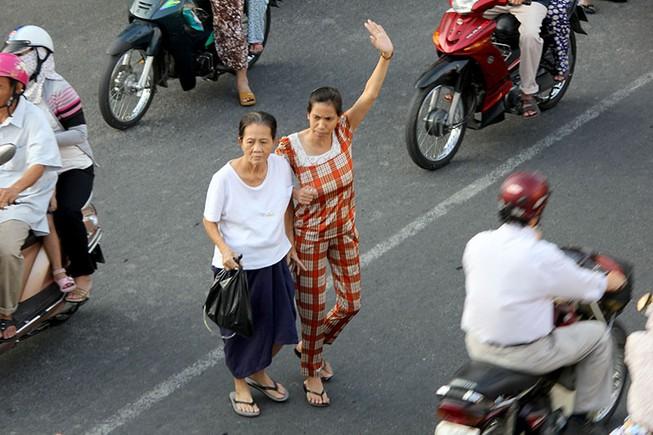 Hà Nội phạt người đi bộ, Sài Gòn có cầu bộ hành dân không đi