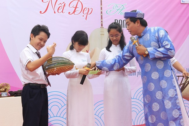 Mang bánh xèo đến trường học để nói chuyện văn hóa