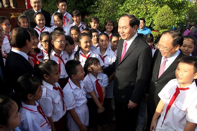 Chủ tịch nước, lãnh đạo TP.HCM dâng hương Bác Hồ