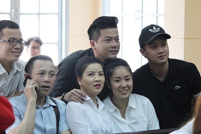 Nghệ sĩ đến tòa mừng diễn viên Ngọc Trinh thắng kiện