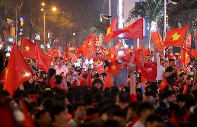Biển người hâm mộ ăn mừng chiến thắng của đội tuyển VN
