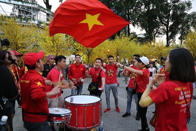 Người hâm mộ phủ kín Nhà văn hóa Thanh Niên cổ vũ tuyển VN