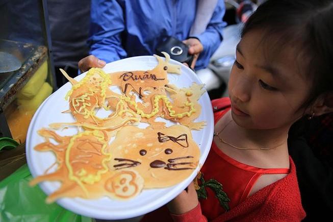 Xếp hàng chờ đợi để mua bánh nướng hình 12 con giáp ở Sài Gòn