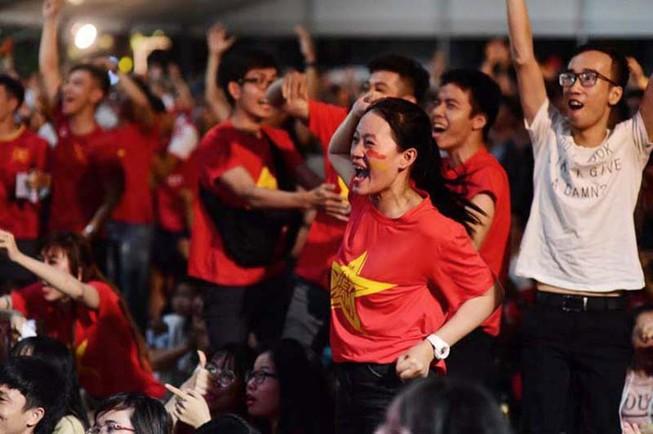 Cổ động viên mừng bàn thắng của Quang Hải vào lưới Malaysia