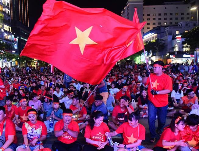 'Mỹ Đình thu nhỏ' trên phố Nguyễn Huệ cổ vũ tuyển Việt Nam