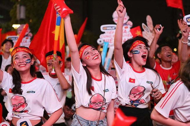 Người hâm mộ ăn mừng 'mưa bàn thắng' của U-22 Việt Nam