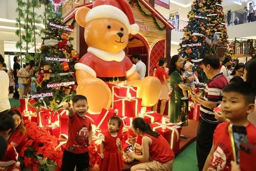 Dân Sài Gòn đổ về trung tâm vui đón Noel sớm