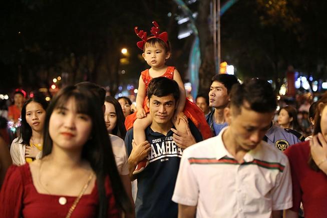 Hàng ngàn người đổ về trung tâm TP.HCM đón Giáng sinh