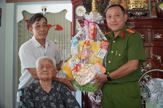 Công an quận Tân Bình thăm, tặng quà cho Mẹ VNAH ở Vĩnh Long