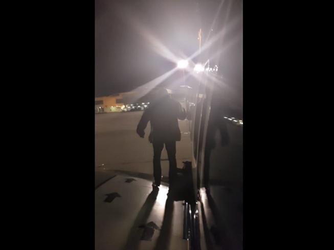 Chờ lâu, hành khách mở cửa nhảy xuống cánh máy bay ngồi