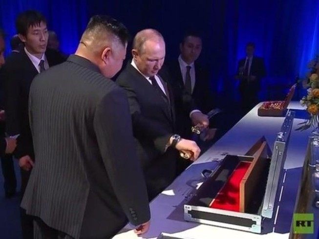 Ông Putin và ông Kim Jong-un tặng bảo kiếm cho nhau