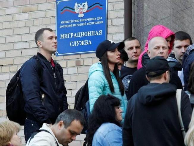 Ukraine coi hộ chiếu Nga cấp cho dân Donbass vô giá trị