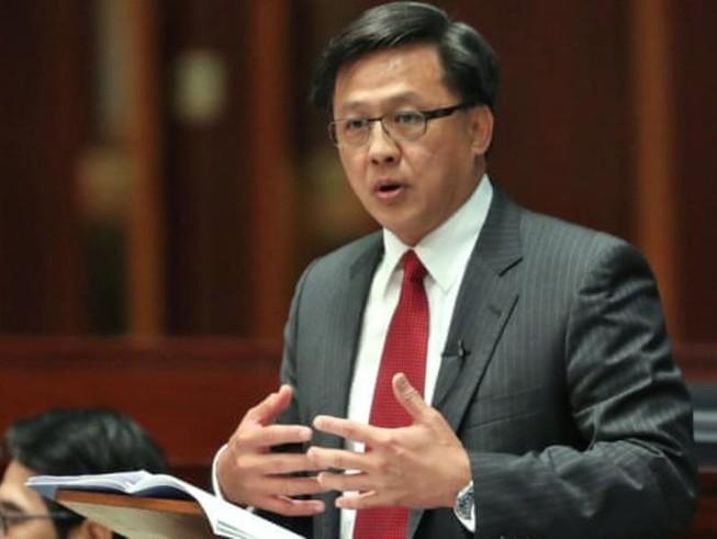 Nghị sĩ Hong Kong phản đối biểu tình bị đâm vào ngực
