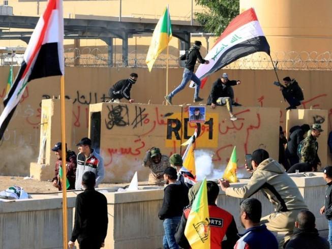 Những người biểu tình bên ngoài Đại sứ quán Mỹ tại Iraq. Ảnh: REUTERS