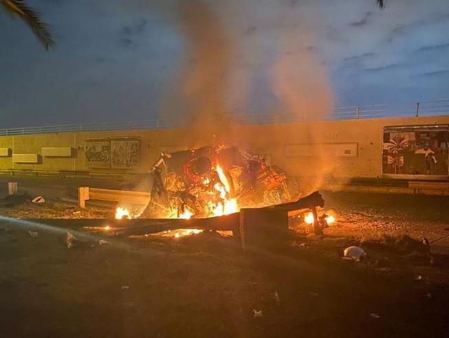 Một chiếc xe bốc cháy trong cuộc không kích của Mỹ hôm 3-1. Ảnh: AFP
