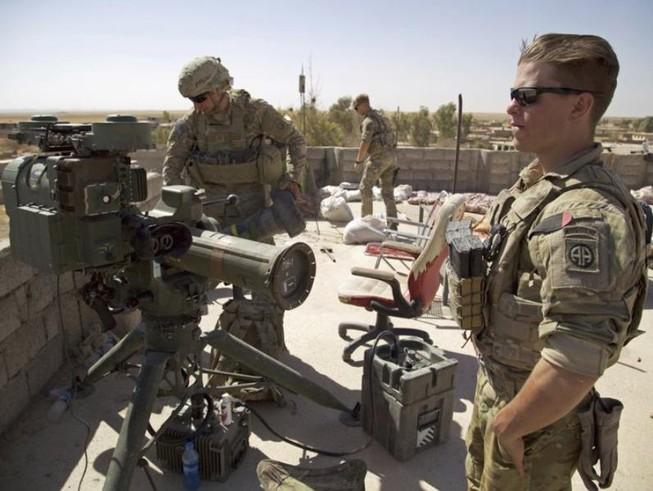Lính Mỹ đứng cạnh bệ phóng tên lửa dẫn đường ở Iraq năm 2017. Ảnh: AP