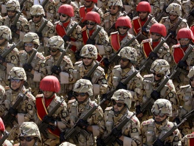 Quân đội Iran duyệt binh. Ảnh: AP