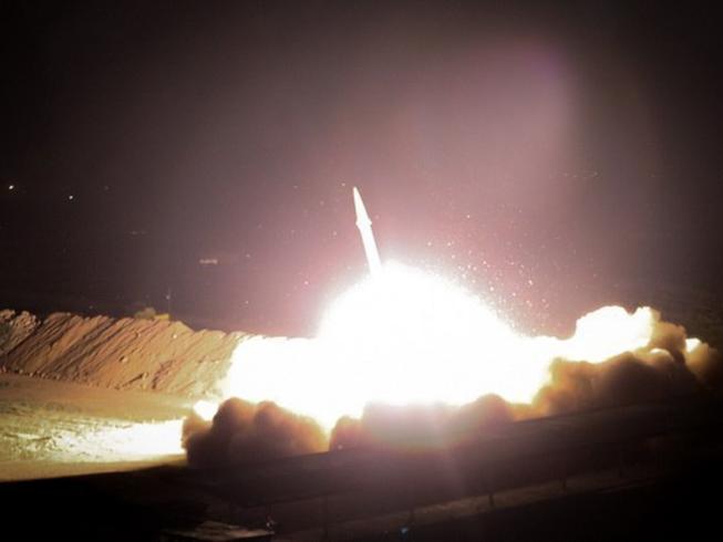 Tên lửa Iran nhắm vào căn cứ Mỹ ở Iraq. Ảnh: SPUTNIK