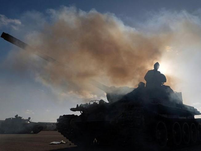 Phe LNA chuẩn bị tiến về Tripoli hồi tháng 4. Ảnh: AP