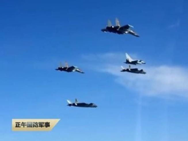 Trung Quốc hé lộ đội bay 'ba chàng lính ngự lâm trên bầu trời'