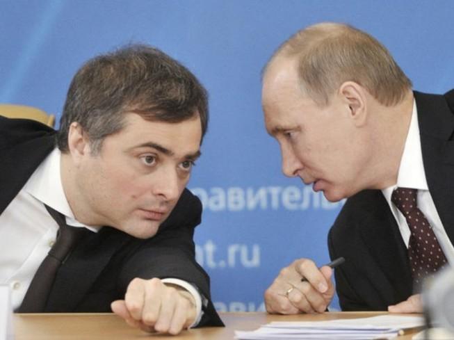 Ông Vladislav Surkov (trái) và Tổng thống Nga Vladimir Putin.