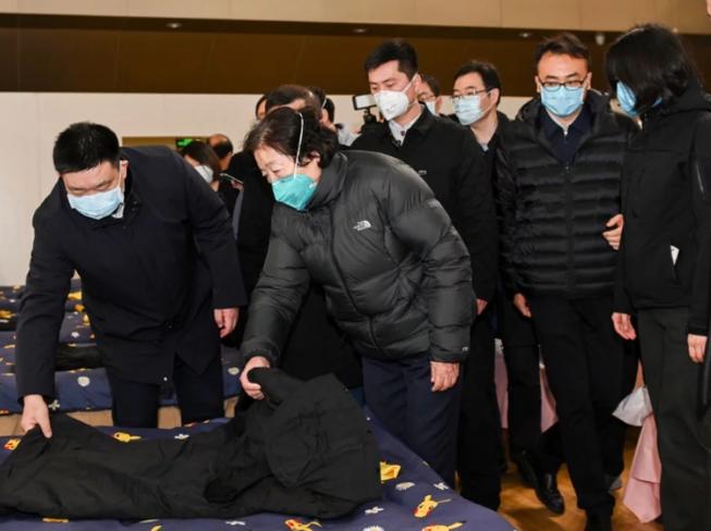 Phó Thủ tướng Trung Quốc, bà Tôn Xuân Lan thăm một bệnh viện dã chiến ở Vũ Hán, Hồ Bắc.