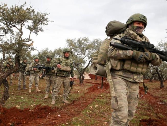 Binh sĩ Thổ Nhĩ Kỳ tập trung ở làng Qaminas, tỉnh Idlib, Syria.