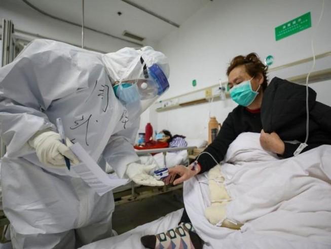 Bác sĩ thăm khám cho bệnh nhân nhiễm virus COVID-19 tại một bệnh viện ở Vũ Hán, Trung Quốc.