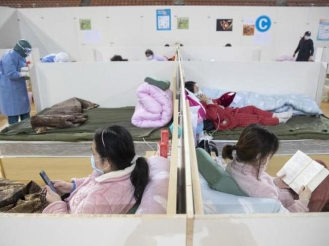 Bệnh nhân nhiễm virus COVID-19 điều trị tại bệnh viện Fangcang ở Vũ Hán, Trung Quốc.