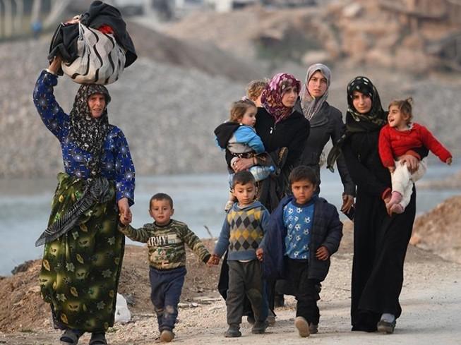 Những người tị nạn Syria đi đến trại Deir al-Ballut ở Afrin, dọc biên giới với Thổ Nhĩ Kỳ.
