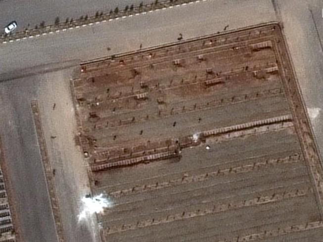 Ảnh vệ tinh chụp tại nghĩa trang Behesht Masoumeh cho thấy các rãnh mộ mới đào ở TP Qom của Iran.