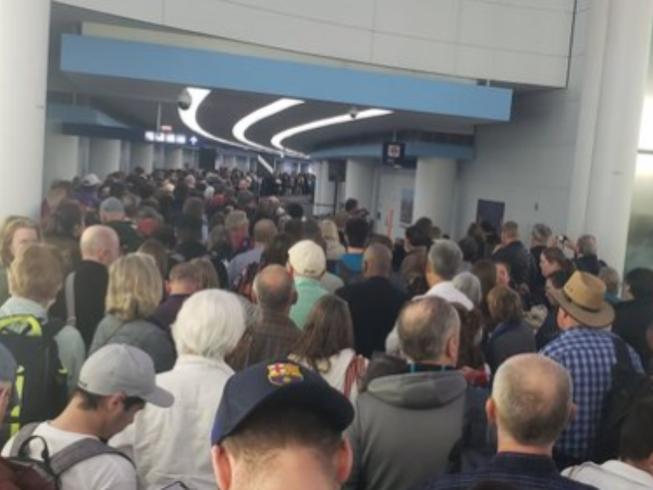 Hàng ngàn người tập trung tại sân bay quốc tế O'Hare ở TP Chicago, bang Illinois (Mỹ). Ảnh: TWITTER