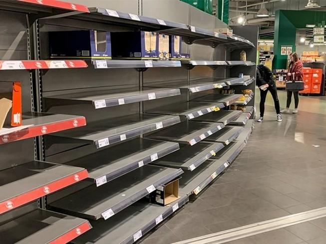 Các kệ hàng hết sạch hàng tại một siêu thị ở Gelsenkirchen, Đức. Ảnh: AP