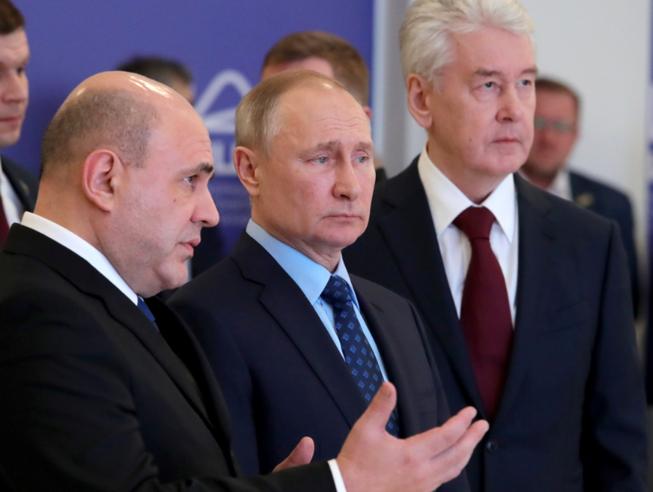 Tổng thống Putin (giữa) đến thăm một trung tâm thông tin về dịch COVID-19 tại Moscow (Nga). Ảnh: MOSCOW TIMES