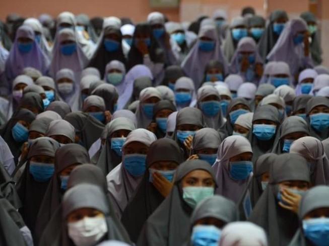 Nữ sinh của Trường dòng Hồi giáo Attarkiah đeo khẩu trang tại một buổi lễ ở tỉnh Narathiwat, Thái Lan. Ảnh: CNN