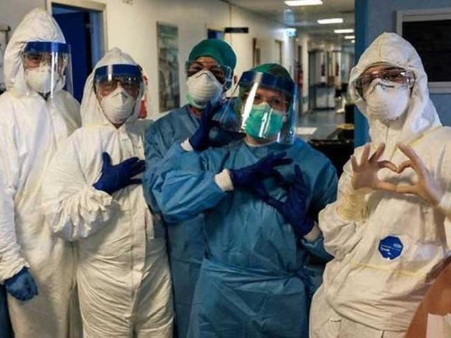 Một nhóm y tá đeo khẩu trang và đồ bảo hộ tại bệnh viện Cremona, đông nam Milan thuộc vùng Lombardy của Ý