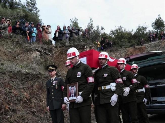 Quân đội Thổ Nhĩ Kỳ mang một cỗ quan tài của một binh sĩ nước này sau khi thiệt mạng ở Syria hồi tháng 2.