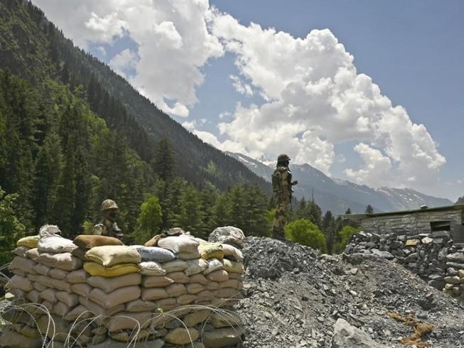 Binh sĩ Ấn Độ canh gác một đường cao tốc dẫn tới thị trấn Leh ở bang Jammu and Kashmir của Ấn Độ, giáp biên giới với Trung Quốc. Ảnh: AFP
